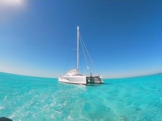Catamaran TS42 sur l'eau dans la mer des Caraïbes, a louer cher Mermer Location