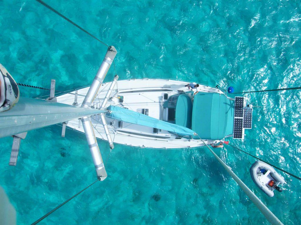 Voilier vu du mat et de la mer bleu turquoise