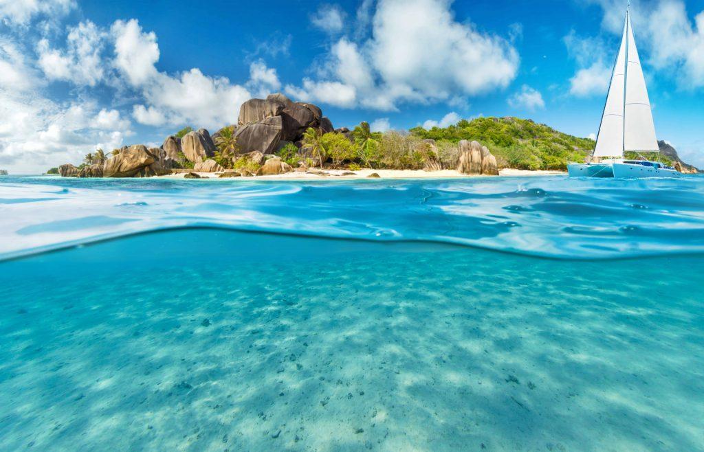 Vue des seychelles de l'eau, depuis un catamaran